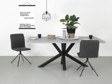 Industriele tafel Stevik combi staal en beton sfeerfoto