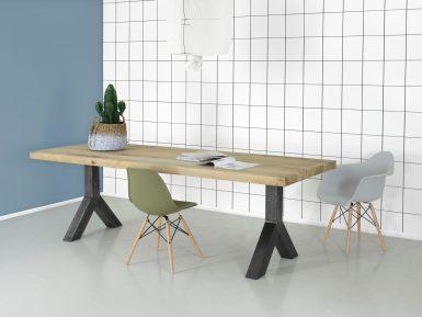 Eikenhouten tafel met Y-poot helemaal op maat gemaakt. Het tafelblad is van massief eikenhout.